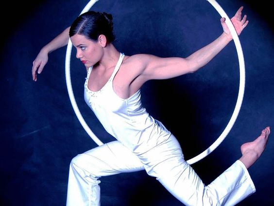 Lena Gutschank floats through the room | Photo: per
