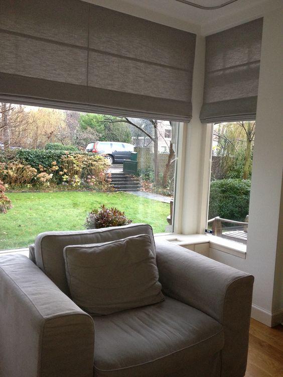 Messcherpe vouwgordijnen in de woonkamer in een prachtig middengrijs. Linnen ( linnenlook ).