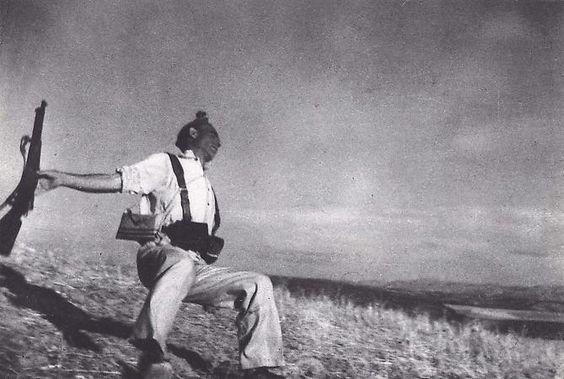"""Muerte de un soldado republicano, España 1936   Robert Capa   uno de los grandes fotógrafos del siglo  Uno de los grandes poetas de la cámara, su genio era no sólo como un documentalista de la más alta calidad, que ha fotografiado a cinco guerras entre ellos el sitio de Madrid, el desembarco aliado y la invasión japonesa de China,   proclamado como el """"fotógrafo de guerra más grandes del mundo""""  Capa murió al pisar una mina terrestre"""