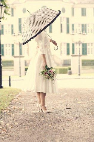 moderne 50s Braut im gepunktetem Schirm und  schlichten Tellerrock Brautkleid mit Petticoat und Ärmeln (www.noni-mode.de - Foto: Framboise Design)