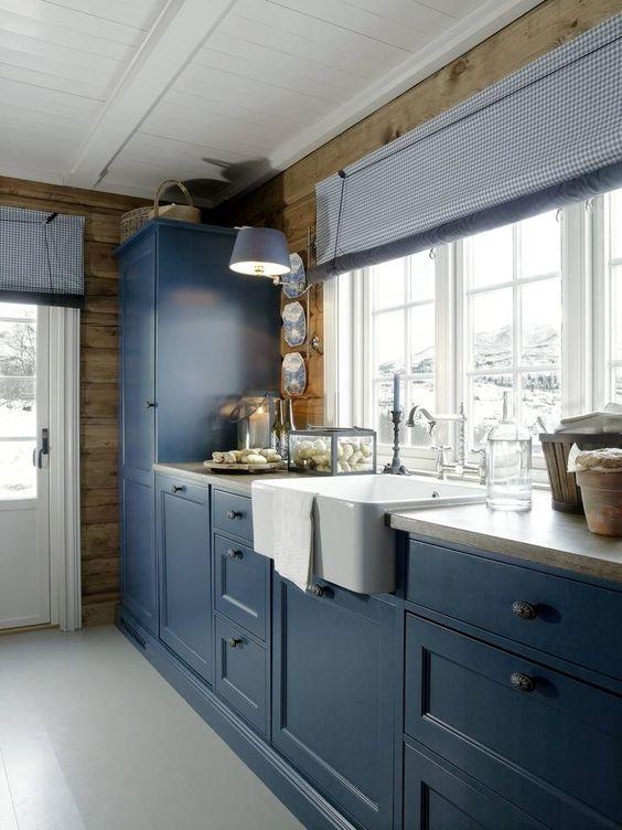 Siv brenne interiørdesign, kjøkkenet er malt i fargen royal ...