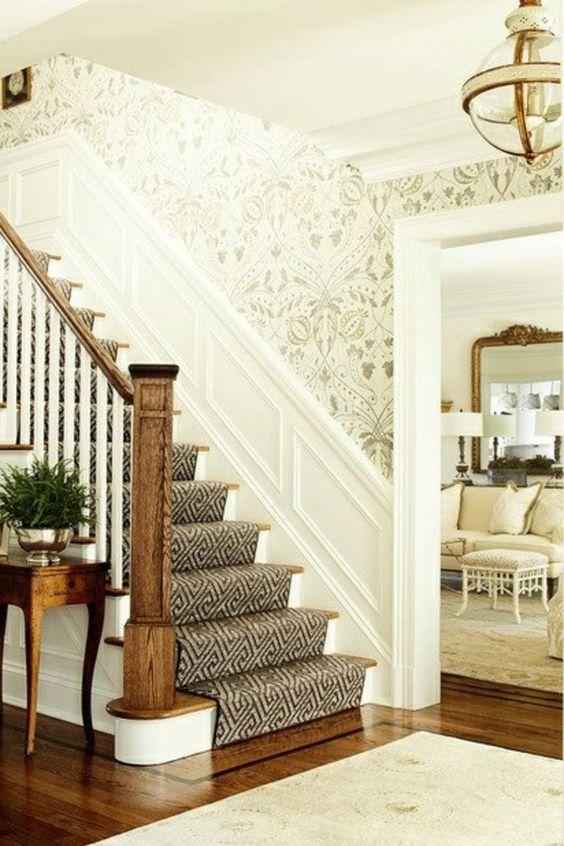 tapis d'escalier design moderne, moquette d'escalier gris, escalier en bois