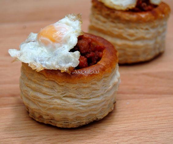 Riojanito: Tartaletas o volovanes de hojaldre Chorizo ibérico Huevos de codorniz Quitamos la piel al chorizo, freímos y escurrimos, freímos los huevos y montamos.