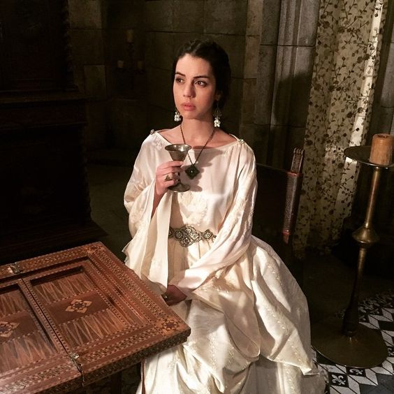 Confused Queen wonders if you're watching Reign tonight...  #reign #chanel #thatsnotwater