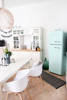 retro k hlschrank der kultmarke smeg in mint interior kitchen smeg pinterest. Black Bedroom Furniture Sets. Home Design Ideas
