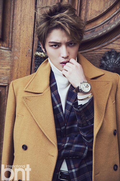 茶色のコートを羽織ったジェジュンのかっこいい画像