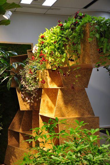 緑化家具としてのブックシェルフ。The bookshelf combined with the planter.