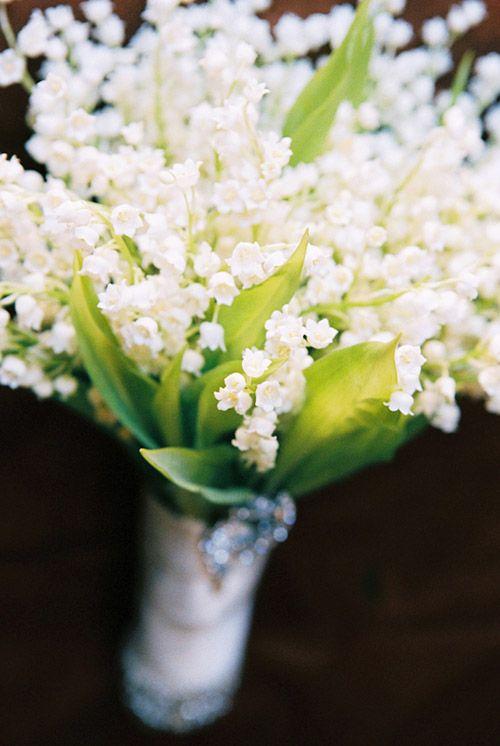 Brautstrauß aus reinen Maiglöckchen - der Stiel umwickelt mit einem feinen weißen Satinband
