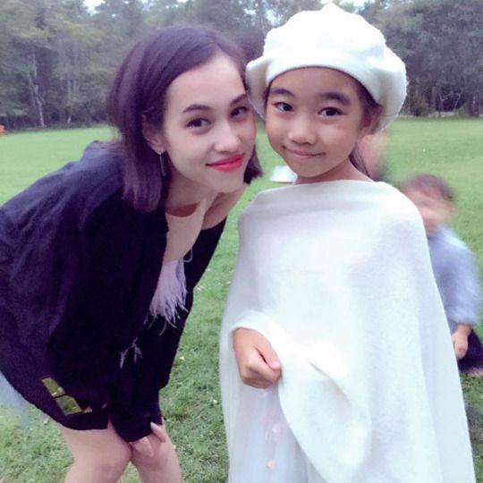 子供と並んで笑顔を見せる水原希子のかわいくてかっこいい画像