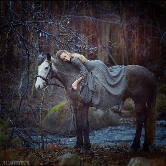 Kleid und Pferd passen zusammen