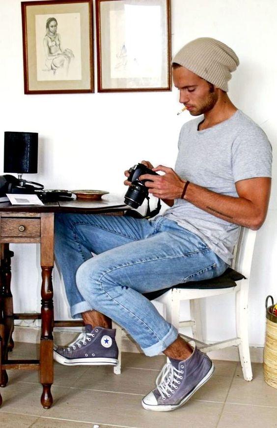 Den Look kaufen:  https://lookastic.de/herrenmode/wie-kombinieren/t-shirt-mit-rundhalsausschnitt-graues-jeans-hellblaue-hohe-sneakers-violette-muetze-hellbeige/6474  — Hellbeige Mütze  — Graues T-Shirt mit Rundhalsausschnitt  — Hellblaue Jeans  — Violette Hohe Sneakers