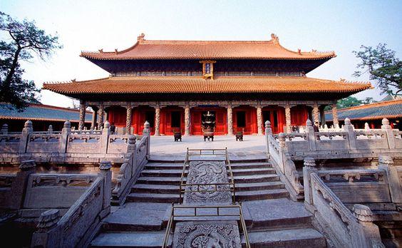 Templo de Confucio en #Qufu, en la provincia de #Shandong, tierra natal de #Confucio. Mide unos 1.100 m de largo y 160 m de ancho. Un año después de la muerte de Confucio (478 a.C.), el duque Ai del estado de Lu (鲁哀公) convirtió las tres antiguas residencias de Confucio en un templo para rendirle culto. Allí se conservaban objetos como ropa, sombreros, instrumentos, carros y libros del gran maestro. http://confuciomag.com/qufu_y_los_tres_kong_de_confucio #revistainstitutoconfucio #china