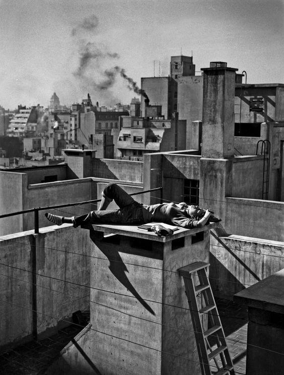 Annemarie Heinrich. Veraneando en la ciudad, 1959. Gelatina de plata sobre papel. Copia vintage 18 x 18 cm. Colección Marina Pellegrini, Buenos Aires.
