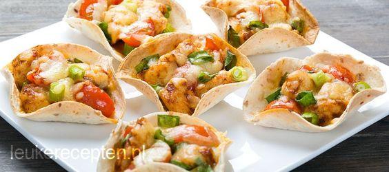 Lekkere mini wraps met kip; leuk om tijdens een feestje te serveren als borrelhapje