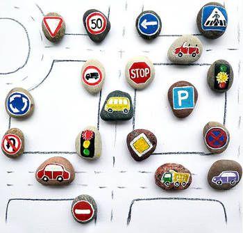 Circuit de voiture fait maison avec des galets peints