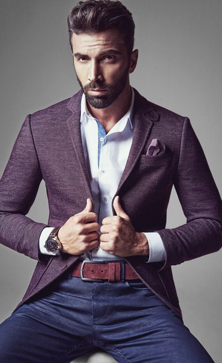 Acheter la tenue sur Lookastic: https://lookastic.fr/mode-homme/tenues/blazer--jean--ceinture/3804 — Chemise à manches longues blanc — Pochette de costume violet — Blazer en laine violet — Ceinture en cuir bordeaux — Jean bleu marine