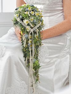 Blumen zur Hochzeit: Tropfenförmiger Brautstrauß mit Frühlingsblumen