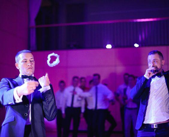 Hier ein Beispiel wie traditionelles Strumpfband werfen auf einer Hochzeit aussehen könnte!.