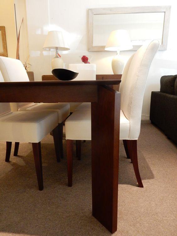 Detalle de mesa con pata diagonal en madera de cedro con sillas ...