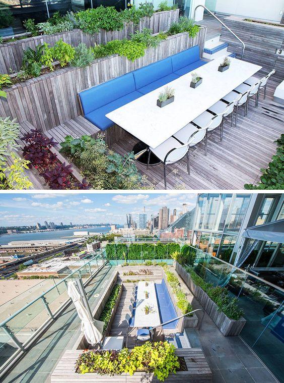 12 ideias para Incluindo Built-In plantadores de madeira no seu espaço exterior // alto construído em plantadores de cercar a área de jantar e fazer o espaço se sentir separado do resto do espaço e criar um sentimento mais íntimo.