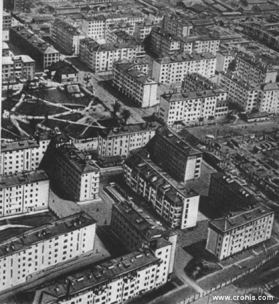 Moderno naselje u Moskvi. Totalitarni režimi ne mogu postojati barem bez podrške dijela društva. Tako ovi veliku pozornost posvećuju mjerama socijalne skrbi, poput gradnje radničkih naselja. Velike zgrade među kojima se nalaze parkovi obilježje je socijalističke izgradnje kako u Rusiji tako i u Hrvatskoj.
