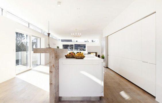 küchenzeile matt weiß kücheninsel holz theke steininger Küche - interieur in weis und holz modern design