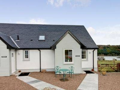 Kestrel Cottage Stirling Kestrel Cottage is a holiday home situated in Cambusbarron in the Central Scotland Region and is 27 km from Glasgow. It provides free private parking.  A dishwasher and an oven can be found in the kitchen and there is a private bathroom.