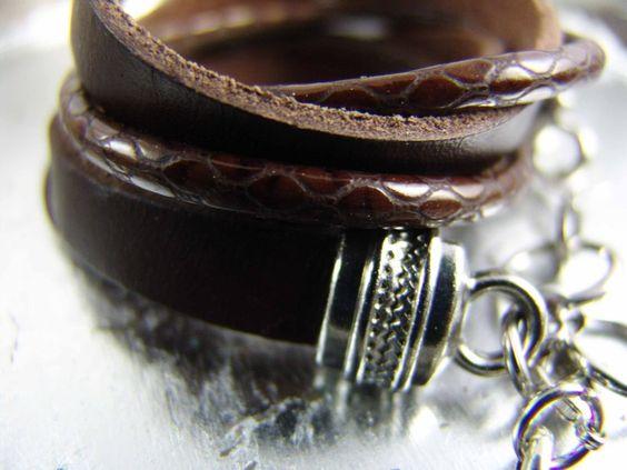 Das Wickelarmband wird drei Mal ums Handgelenk geschlungen und besteht aus zwei verschiedenen Lederarten. Super lässig.    Ein Flachband in tiefste...
