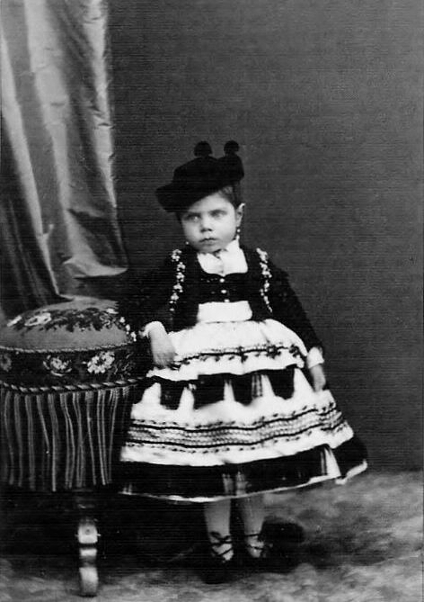 And when you're really short, they give you a foot stool to lean on! Her Royal Highness Infanta Eulalia of Spain (1864-1958). Fierce!