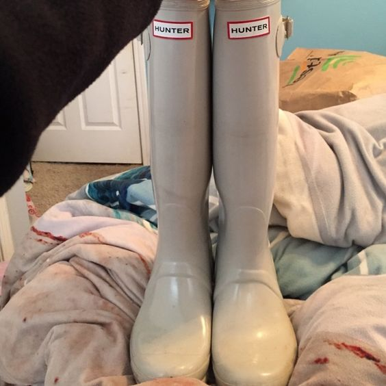 Light grey/tan hunter boots In used condition, can be cleaned I just didn't have time to. Both buckles in tact, no cracking or indents & still have a lot of life left in them. Make me an offer! Fit a size 8.5/9 Hunter Boots Shoes Winter & Rain Boots