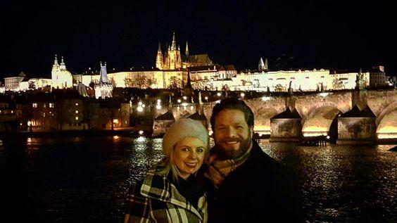 Charles Bridge and Prague Castle at night....A famosa Ponte Carlos e o Castelo de Praga a noite....não consigo parar de olhar de tão lindo #sofiaeigorpelomundo #prague #praguecastle #charlesbridge #czech #night #landscape #landscapephotography #dream #selfievip #braroundtheworld #trippics #traveling #travelblog #love #beer #wanderlust #prefiroviajar #europe #eurotrip #mytravelgram #viajem #viagemadois #photooftheday #sunset #hturteleva @_dubbi by sofiaeigorpelomundo