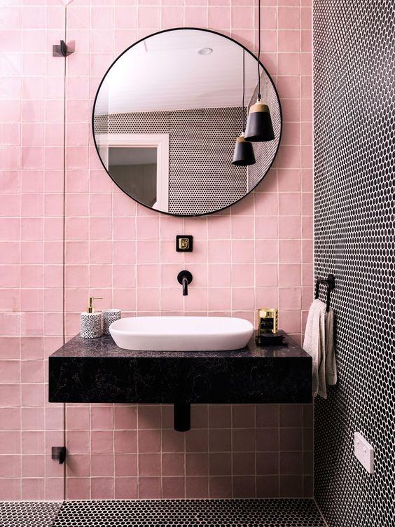 Lavamanos sobre encimera paramento rosa