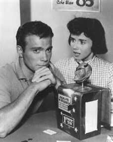 """""""Nick of Time"""" (1960), sobre un matrimonio (William Shatner y Patricia Bresslin), que tras la avería de su coche repostan en un bar en el que encuentran una máquina que lee el futuro, algo que provoca que se obsesionen con las respuestas del artefacto."""