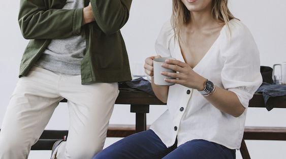skagen-falster-2-smartwatch-damen-paar-frau-trinkt-kaffee