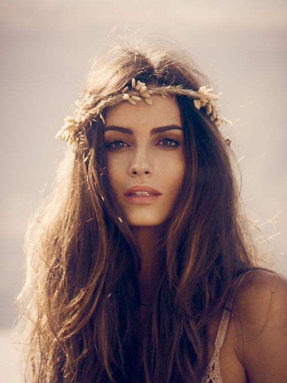 La corona de flores y las sandalias del verano: