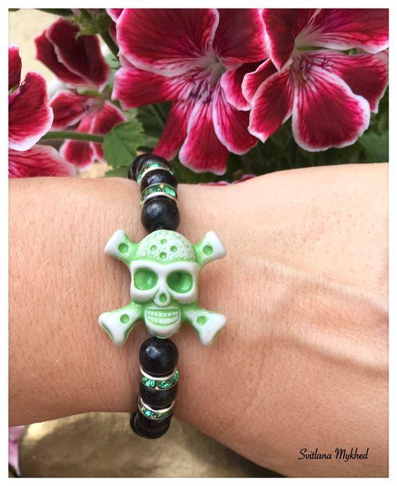 Le bracelet `Tete de mort` compose perles en bois et perles et métal strass…