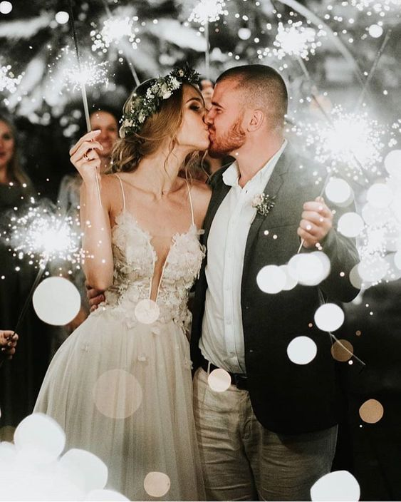 26 Unique Winter Themed Wedding Ideas - Poptop Event Planning Guide #weddingphotos