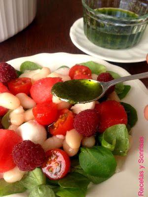 Estos días hace un calor horroroso y para combatirlo que mejor ensaladitas sanas que nos aporten proteínas y agua. Ensaladita de judias blancas, cherries, sandía,frambuesa...y regadas con salsa de albahaca. Receta paso a paso http://recetasysonrisas.blogspot.com.es/2015/07/ensalada-de-judias-blancas-sandia.html #ensalada2015 #encaladassanas #recetassaludables #recetasdeverano #legumbres
