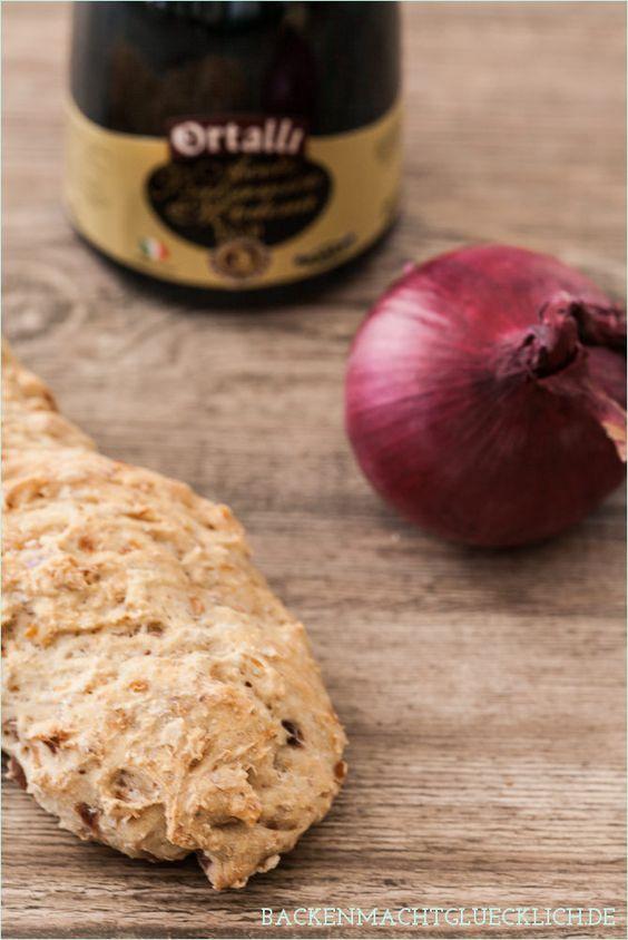 Kleine Roggenbrote mit roten Zwiebeln und Balsamico - ich liebe sie!