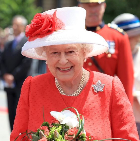 Queen's diplomatic dresses on display at Scottish palace to mark her 90th birthday. #queen