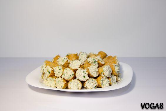 Recheio para cone.  Ingredientes: •1/2 peito de frango desfiado. •Queijo Ralado. •Salsa, sal, pimenta, alho à gosto. •1 Caixinha de creme de leite.  Preparo:  •Refogue os temperos e acrescente o frango. •Misture o creme de leite e o queijo. •Recheie os canudos e sirva em seguida.  Obs:  •Receita para 50 canudinhos (um pacote). •Servir em seguida, pois os canudinhos depois de um tempo começam a murchar.