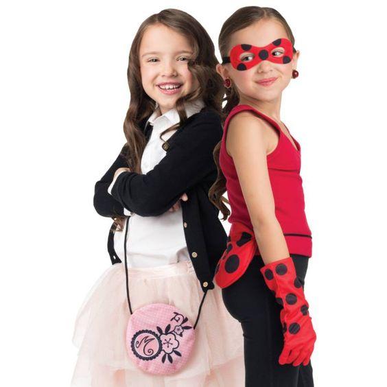Voici l'ensemble complet pour se transformer en notre super-héroïne préférée Ladybug ! L'ensemble inclut le masque, les gants et les boucles d'oreilles (les Miraculous) de Ladybug, le sac à main de Marinette réversible, qui devient le yoyo de Ladybug, ainsi que Tikki, son petit compagnon magique, qui s'allume vraiment. Fonctionne avec 2 piles LR41 incluses. #Miraculou #Ladybug #ChatNoir #Tikki #Plagg #Deguisement #Action #Jouet #Figurines #Fille #Bandai