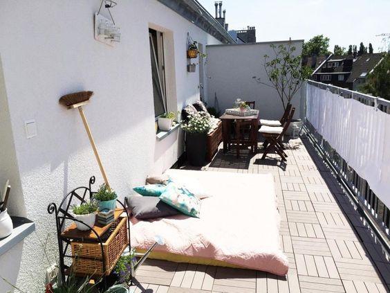 Terrasse mit Liegesofa, Terrassentisch und Grill in Düsseldorf-Bilk. #Terrasse #Balkon #Düsseldorf