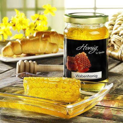 Die Honigwabe, die direkt aus dem Bienenstock stammt, kann komplett gegessen werden. Eine mild-süße Spezialität und ein außergewöhnliches Geschenk für alle Honigliebhaber.