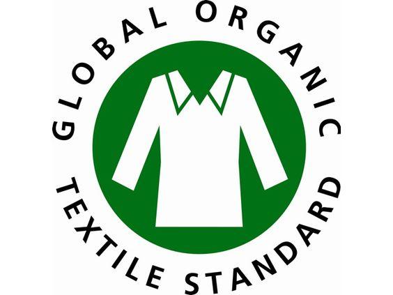 Das G.O.T.S. Siegel ist eines der strengsten Siegel im Textilhandel. Es garantiert einen ökologischen Status der Textilien - ab dem Anbau der Rohmaterialien - und schreibt eine umweltschonende und sozial verantwortliche Herstellung und Verarbeitung der Bekleidung vor. Ziel ist es, einen internationalen Standard für die Textilbranche zu schaffen. G.O.T.S.-zertifizierte Kleidung muss zu 90 Prozent aus Naturfasern bestehen, wovon mindestens 70 Prozent aus kontrolliert biologischen Anbau…
