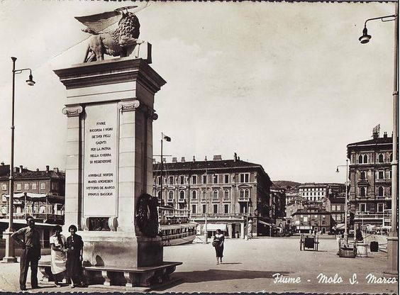 Mletački lav, dar Venecije gradu Rijeci u povodu desetgodišnjice pripajanja Rijeke majci Italiji, stajao je na Gatu Karoline Riječke čitavih 19 godina, od svečanog postavljanja 02.09.1926. do razaranja 03.05.1945. godine. Bio je posvećen poginulim talijanskim dobrovoljcima, a na vrhu je dominirao krilati lav sv. Marka. Model lava bio je djelo kipara Urbana Nona, u kamenu ga je isklesao Gaggio, a bio je predan Rijeci uz zaneseni govor grofa Pietra Orsinija, gradonačelnika Venecije.