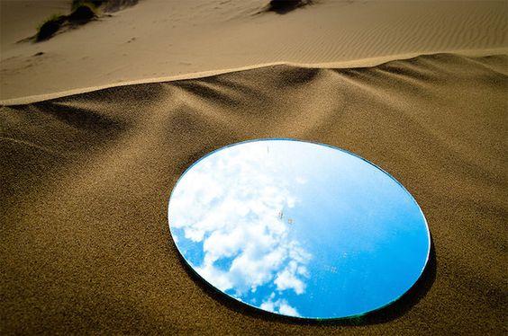 如海市蜃樓的裝置藝術,沙漠與高樓的鏡中藍天 | 大人物