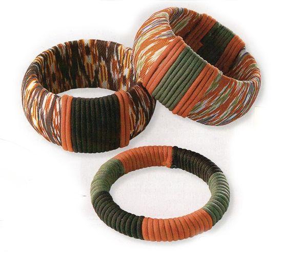 Decora con cintas y cordones sencillas pulseras para convertirlas en complementos de temporada. Muy fácil! Coloridas y diferentes pulseras, de est ...