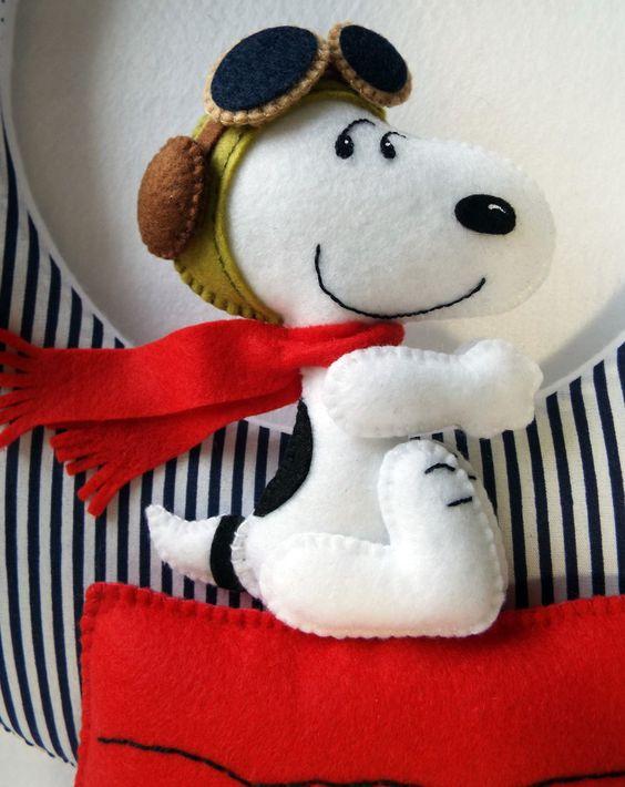 Guirlanda para porta de maternidade, tema Snoopy.    Recepcione seu bebê com esse carinho!    Confeccionada à mão em tecido 100% algodão e feltro.  Enchimento da base em manta acrílica e dos personagens em fibra siliconada.    O valor se refere à guirlandas com nomes de até 8 letras.  Para nomes ...