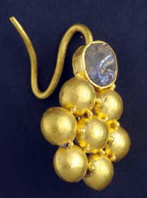 Same earring dating back to the Roman Empire found in a sunken ship. Property of Israel Antiquities Authority. Flower shaped earring gold with stone.